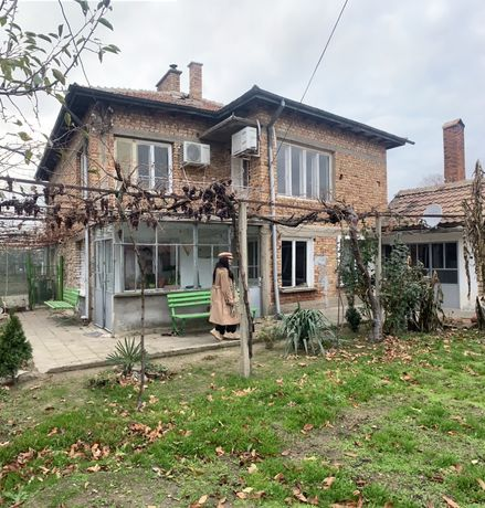 Къща с двор + пристройка