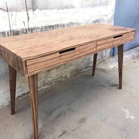 Письменный деревянный стол