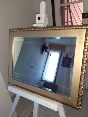 Oglindă de cristal cu rama de lemn aurie