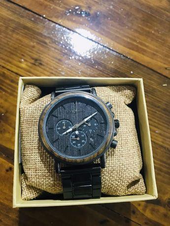 Часовник от метал и орех водонепропусклив