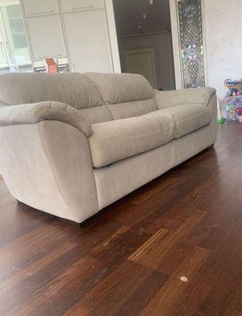 Кожаный диван в хорошем состоянии