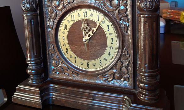 Часовник настолен с дърворезба от Трявна
