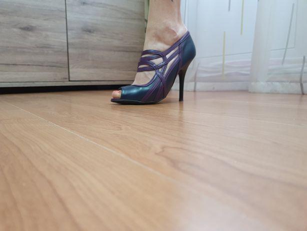 Vand pantofi cu toc
