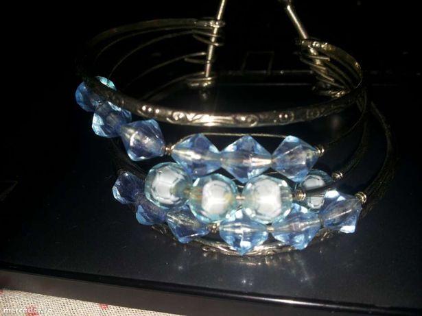 Bratara din metal cu margelute albastre din sticla