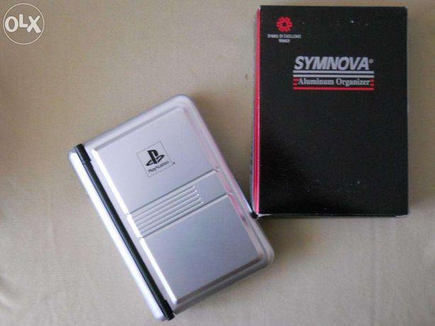 UNICAT ! Organizer SYMNOVA cu brand PlayStation, aluminiu, absolut nou