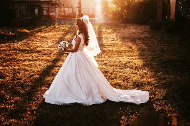 De vânzare rochie de mireasă cu voal lung și crinolină