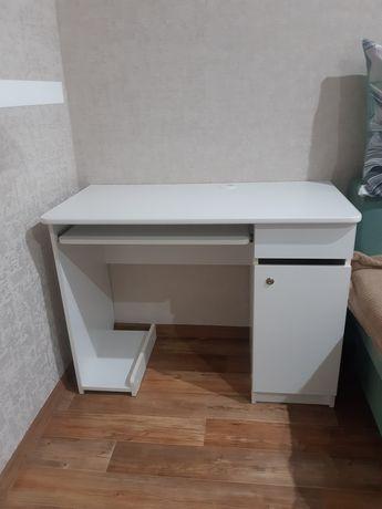 Продам ученический стол с замком.