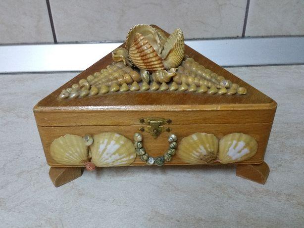Cutie bijuterii triunghiulara, din lemn placat cu scoici.