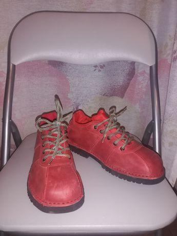 Кожени обувки с връзки и подметка Vibram