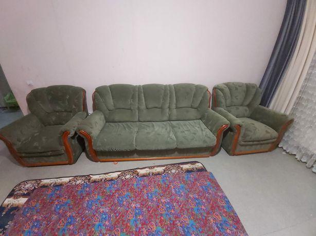 Срочно продаю диван трансформер и кресла.