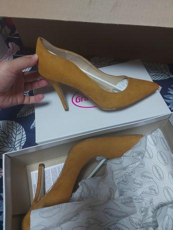 Pantofi stiletto noi!