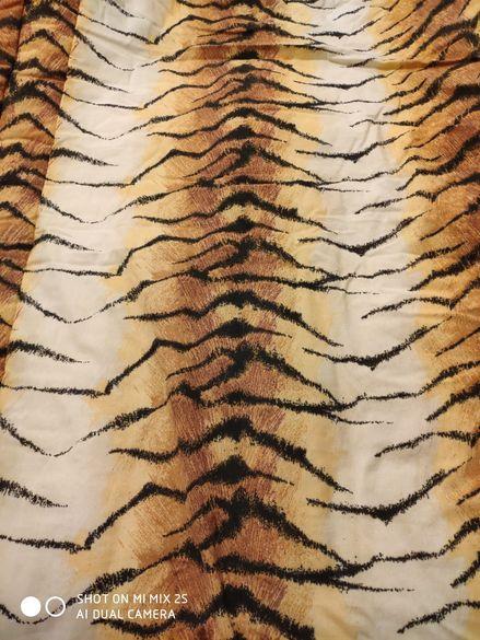 Плътна олекотена завивка, може да се използва и като шалте.