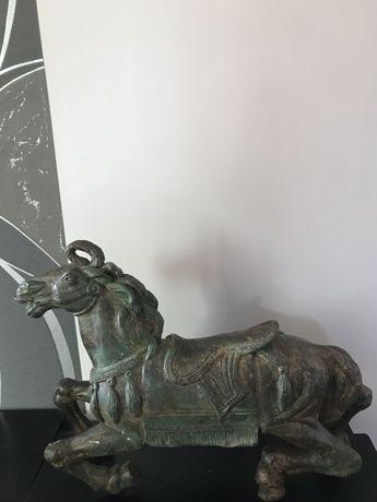 Статуя на кон