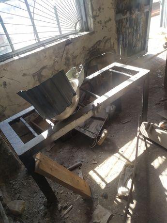 Продам металлические шкафы,полки,стеллажи,для сварочных работ верстак.