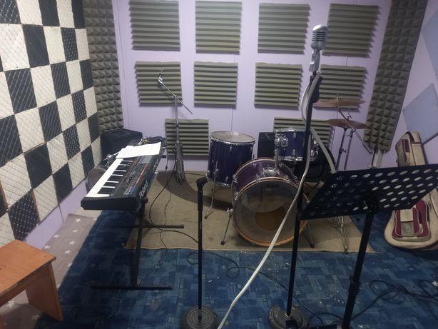 Сдам комнату для занятие вокалом, барабанами, гитарой и так далее