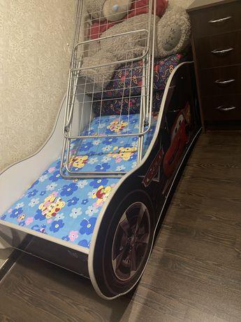 Детская кровать и пенал, стол для школьника