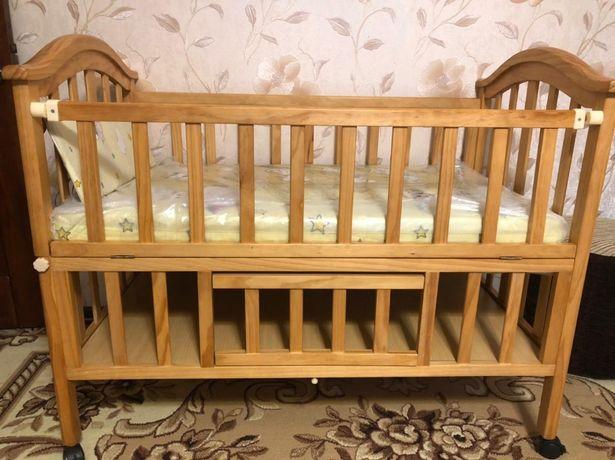 Детская кроватка с матрацами и люлькой в отличное состоянии