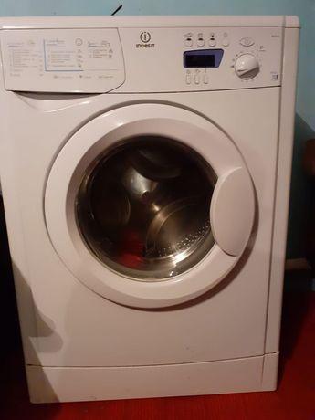 Продам стиральную машинхку 4кг ёмкость работает отлично без нариканий