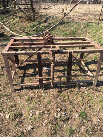Vând masa tăiat lemne tractor