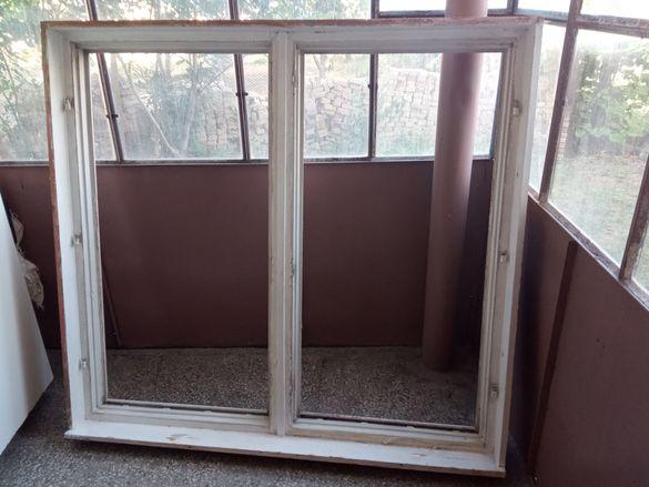 Стара дървена врата за тераса и прозорец