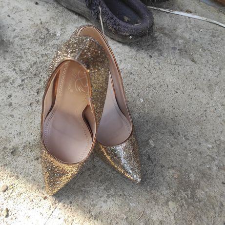 Pantofi superbi. Eleganti aurii marime 38