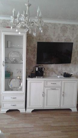 Мебель в зал. Шкаф витрина в зал, и комод для телевизора