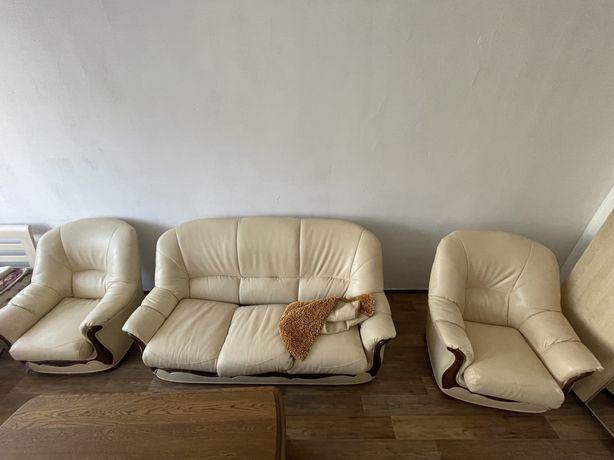 Кожанный диван в хорошем состоянии