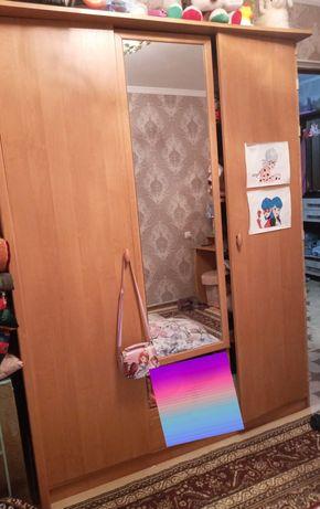 Продам шкаф с 2 тумбами камод и зеркало