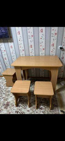 Кухонный стол с тремя табуретками