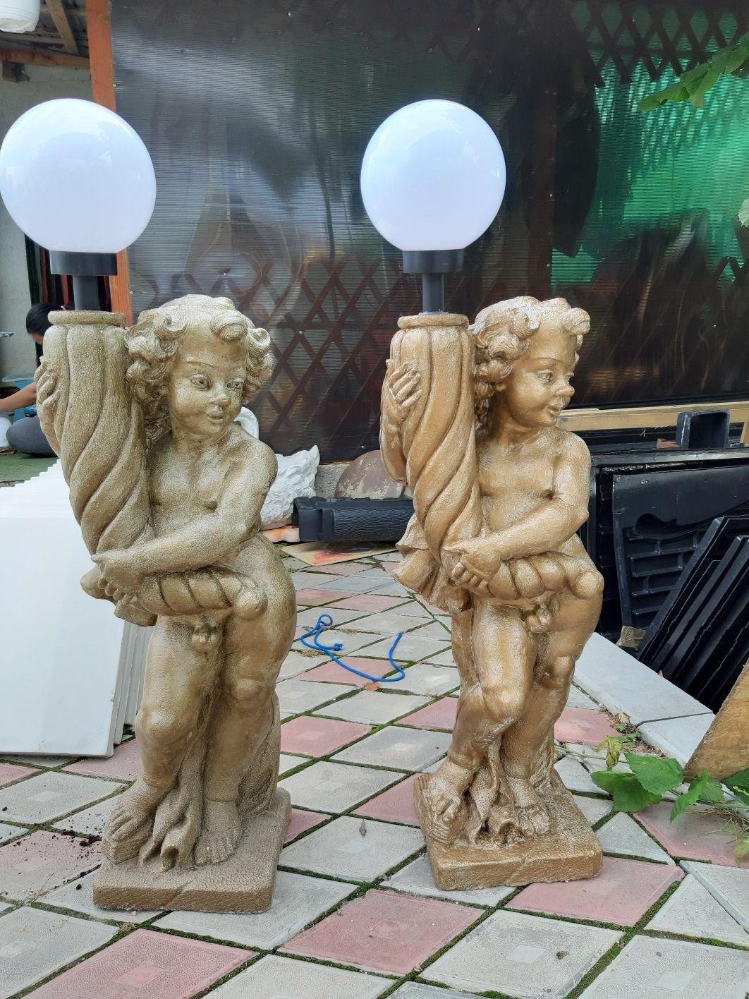Statuie copil cu glob
