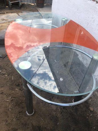Продам стеклянный стол, в отличном состоянии.