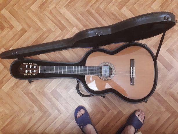 Продам классическую испанскую гитару Alhambra 10p