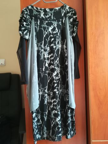 Елегантна рокля, носена е малко, подходяща е за сезона