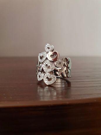 Продам золотое кольцо с бриллиантами , брендовое.