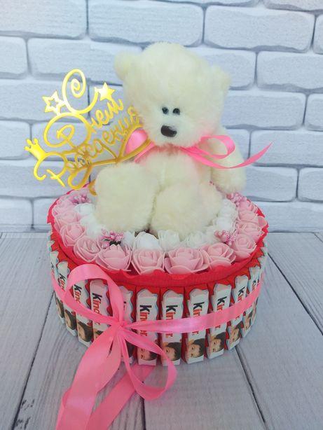 Подарок из киндеров. Киндер торт. Доставка цветов Алматы. Мишка из роз
