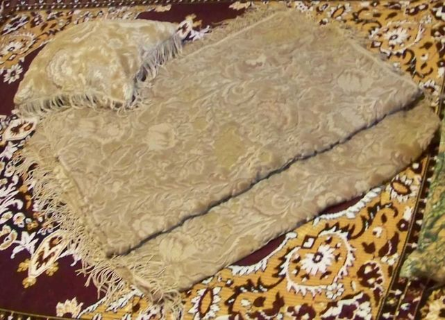 Set Cuvertura / Carpeta Brodata si doua perne, deosebite