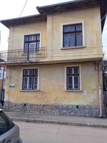 Двуетажна къща с двор в гр. Ботевград
