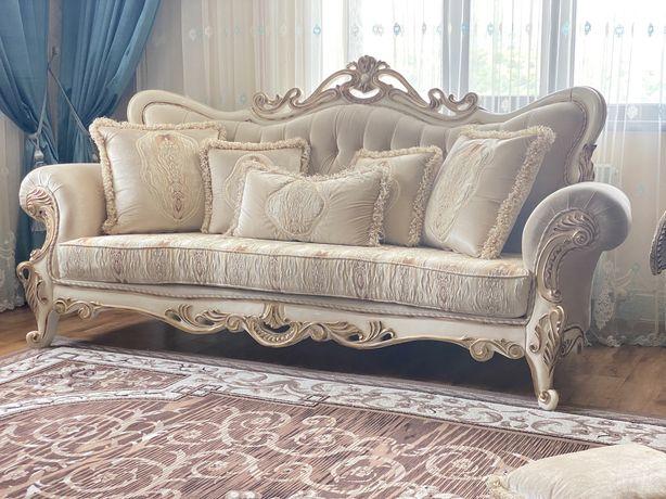 Королевский шикарный диван кресло с журнальным столигом.