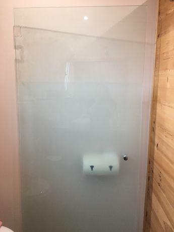 Врата за душ кабина от калено стъкло.