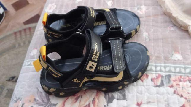 Продам новые сандалии.Покупала за 7600