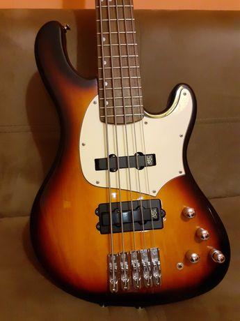 Продавам custom бас 5 струни в много добро състояние.