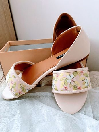 Бледо розови сандалки