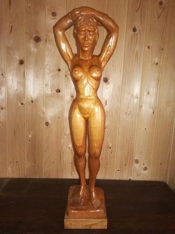 Statuie din lemn,un act femeia