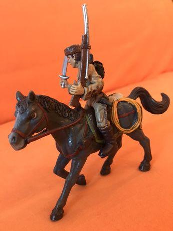 Figurina vanatorului pe cal