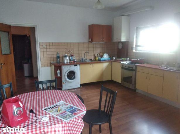 Apartament cu 4 camere de vânzare în zona Semicentrala
