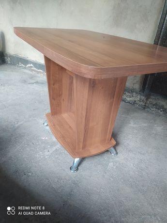 Продается кухонный стол и два стула