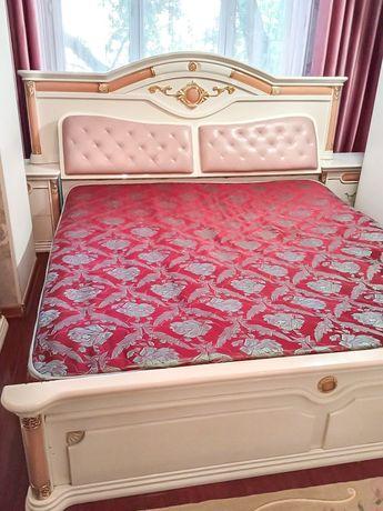 Продам кровать с комодом и тумбами