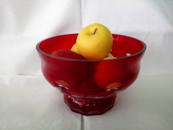Червена кристална купа