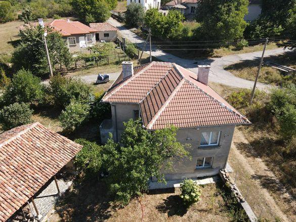 Къща с двор и стопански сгради