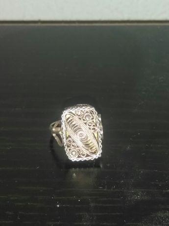 Продавам сребърен филигранен етнографски пръстен с гранулация